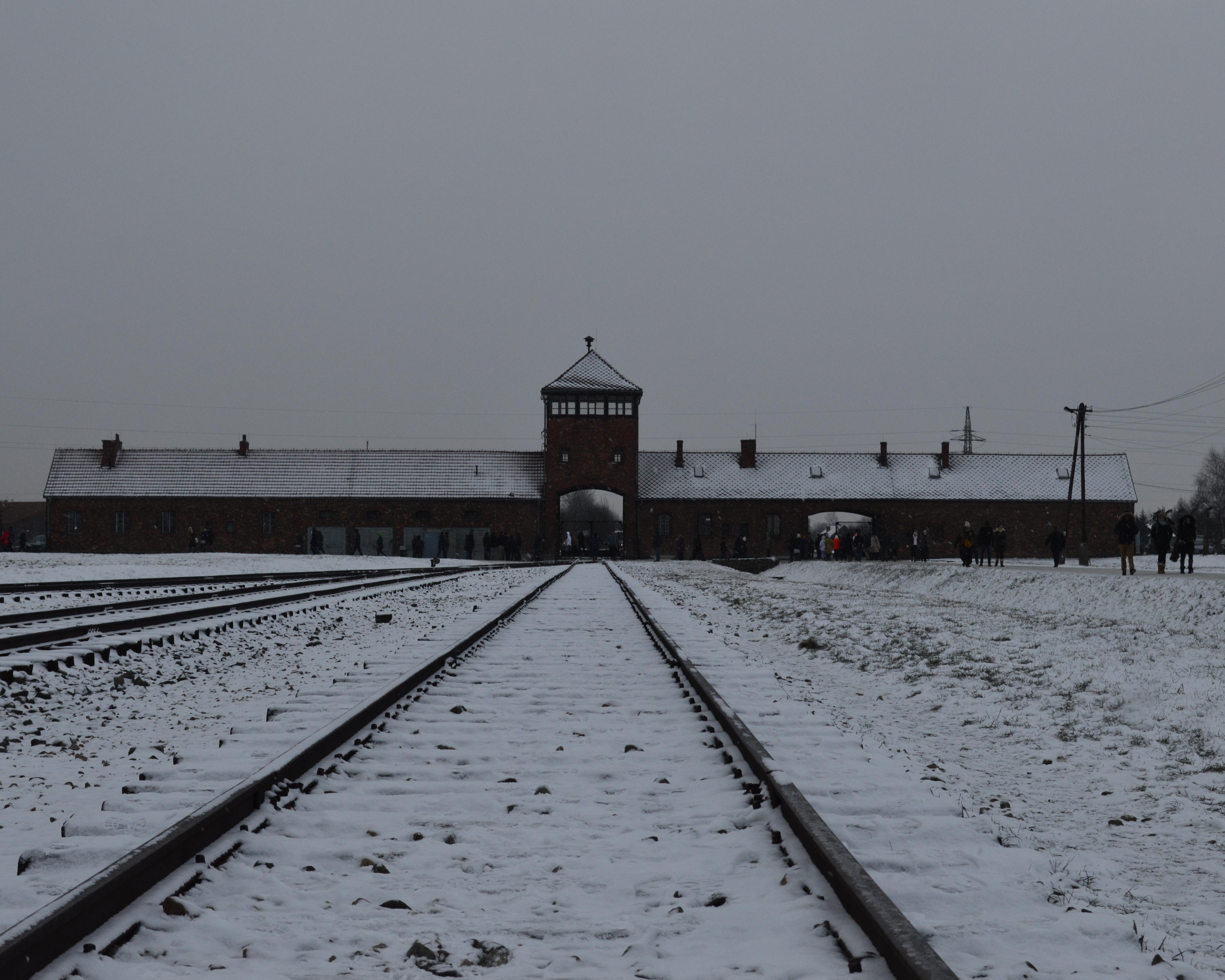 Auschwitz-Birkenau in foto's   Thank God I Travel